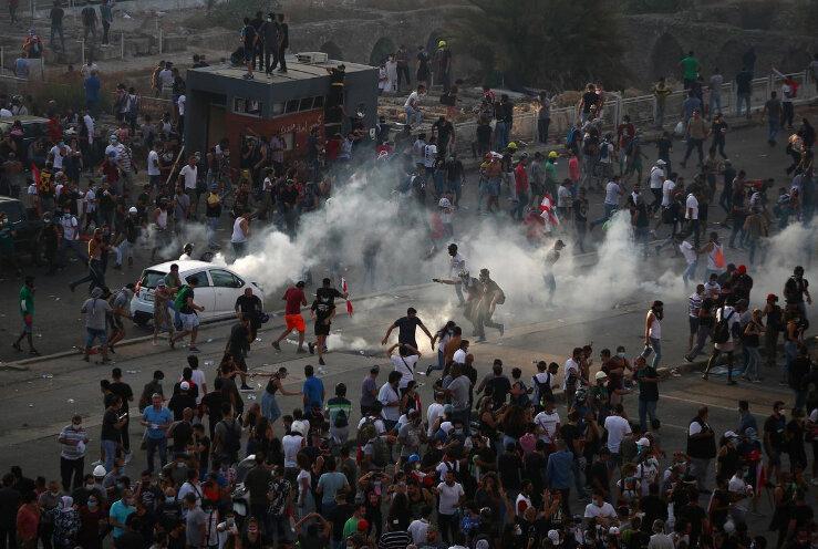 معترضان لبنانی به ساختمان وزارتخانه ها در بیروت هجوم بردند