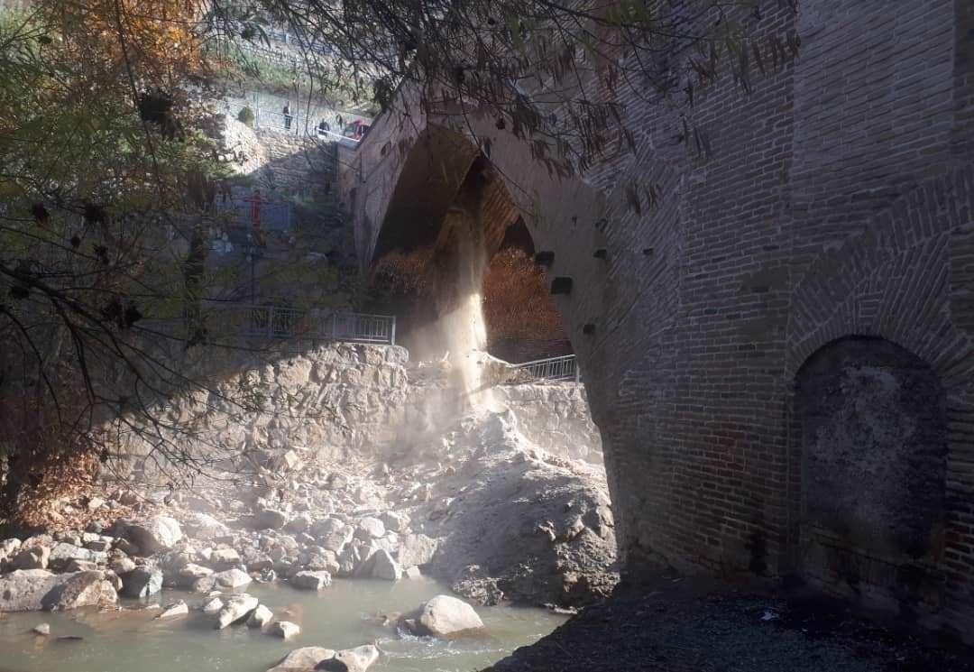 خبرنگاران بخشی از پل تاریخی خاتون کرج ریزش کرد